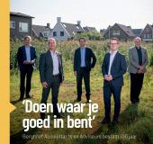 1e exemplaar herfstuitgave INTO business Amstelland uitgereikt aan Berghoef Accountants en Adviseurs
